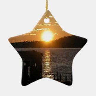 Orilla del lago de la puesta del sol ornamento para reyes magos