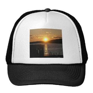 Orilla del lago de la puesta del sol gorras de camionero