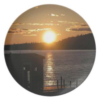 Orilla del lago de la puesta del sol plato