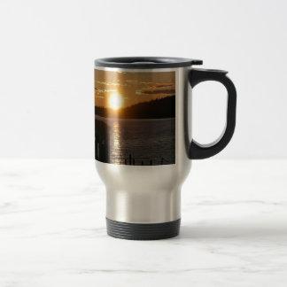 Orilla del lago de la puesta del sol tazas de café