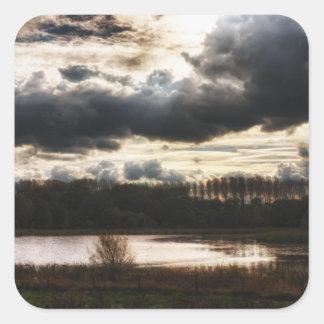 Orilla del lago en la oscuridad calcomanía cuadrada