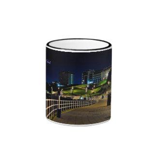 Orilla del mar de la azada por la noche Plymouth Tazas De Café