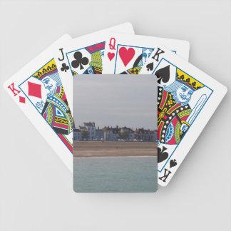 Orilla del mar en el trato cartas de juego
