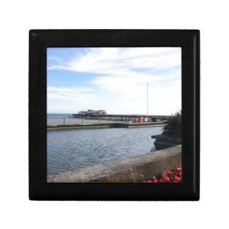 Orilla del mar y embarcadero de Hastings Cajas De Recuerdo