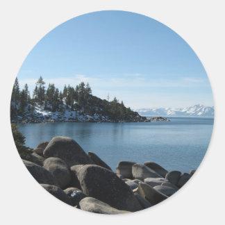 Orilla del norte el lago Tahoe, pueblo de la Pegatina Redonda