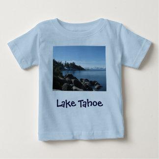 Orilla del norte el lago Tahoe, pueblo de la Playeras