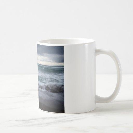 Orilla tempestuosa taza de café