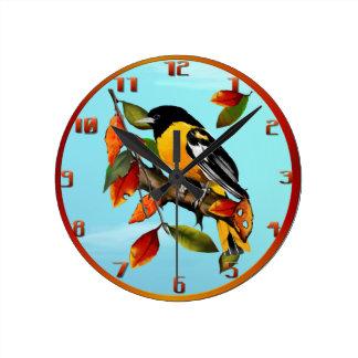 Oriole en la caída Wallclock Reloj Redondo Mediano