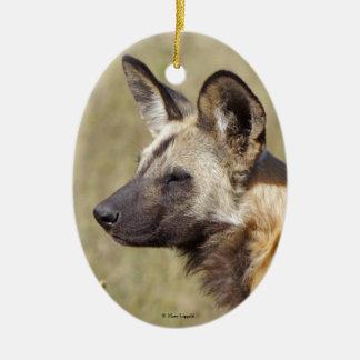Ornamento africano del perro salvaje adorno navideño ovalado de cerámica