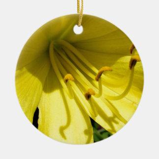 Ornamento amarillo del Daylily Adorno Redondo De Cerámica