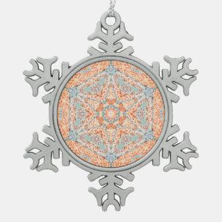 Ornamento anaranjado del copo de nieve del adorno de peltre en forma de copo de nieve