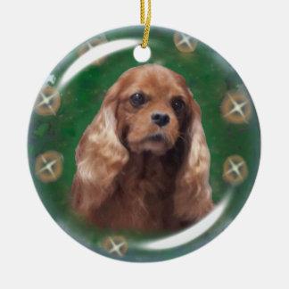 Ornamento arrogante de rubíes del perro de aguas adorno navideño redondo de cerámica