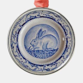 """Ornamento azul y blanco"""" del conejo azul de adorno redondo plateado"""