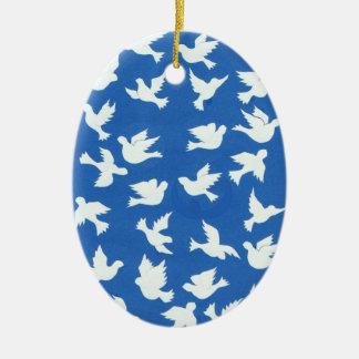 Ornamento blanco de las palomas adorno ovalado de cerámica