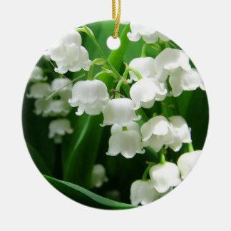Ornamento blanco del lirio de los valles adorno navideño redondo de cerámica