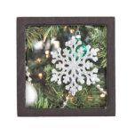 Ornamento brillante del copo de nieve en el árbol  cajas de regalo de calidad