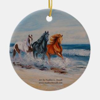 Ornamento, caballos en la resaca adorno navideño redondo de cerámica