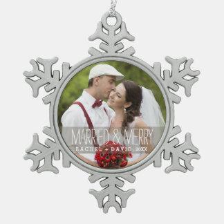 Ornamento casado y feliz de los pares del navidad adorno de peltre en forma de copo de nieve