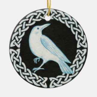 Ornamento céltico del cuervo adorno navideño redondo de cerámica