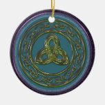 Ornamento céltico del nudo de la trinidad en el ornamentos de navidad