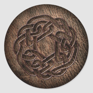 Ornamento céltico grabado en relieve en el cuero pegatina redonda