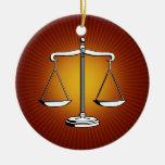 Ornamento con las escalas de la justicia ornamentos de reyes