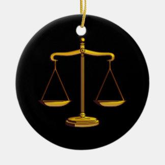 Ornamento con las escalas de la justicia ornamente de reyes