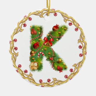 ornamento con monograma inicial del navidad de K - Adorno Navideño Redondo De Cerámica