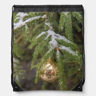 Ornamento de cristal del navidad del oro en árbol mochila