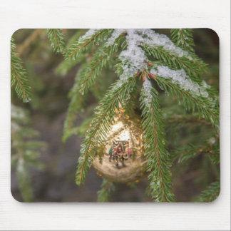 Ornamento de cristal del navidad del oro en árbol alfombrilla de ratones