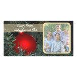 Ornamento de cristal rojo en una tarjeta de la fot plantilla para tarjeta de foto
