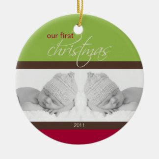 Ornamento de encargo del 1r navidad de los gemelos adorno navideño redondo de cerámica