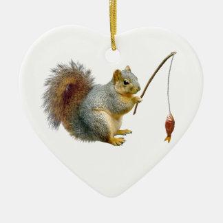 Ornamento de la ardilla de la pesca adorno navideño de cerámica en forma de corazón