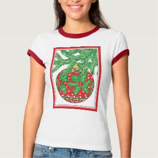 Ornamento de la bola de cristal del acebo en el camisas