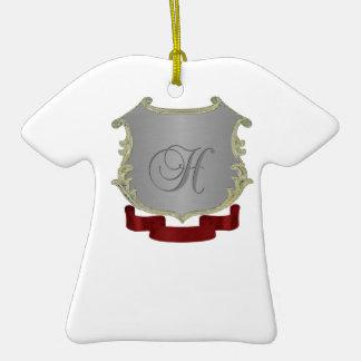 Ornamento de la camiseta de la letra del monograma adorno navideño de cerámica en forma de playera