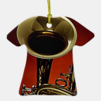 Ornamento de la camiseta de la trompeta o del adorno navideño de cerámica en forma de playera