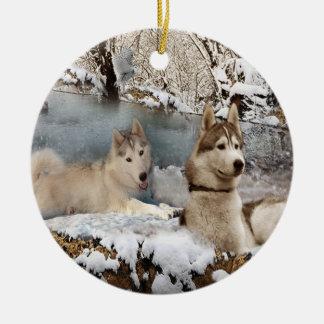 Ornamento de la escena de la nieve de los huskyes adorno navideño redondo de cerámica