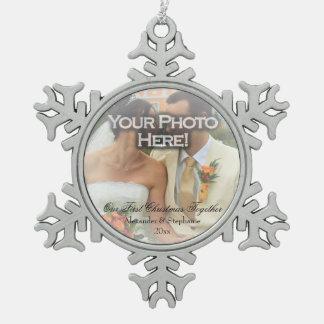 Ornamento de la foto del navidad del ~ del boda adorno de peltre en forma de copo de nieve