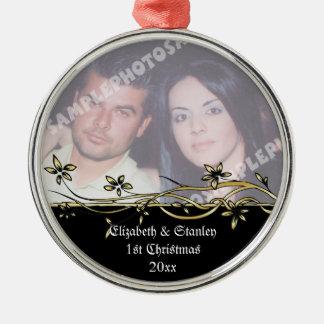 Ornamento de la foto del navidad del par del boda adorno redondo plateado