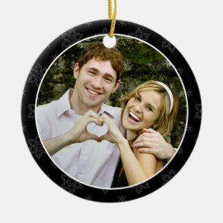 Ornamento de la foto del recuerdo del boda en B&W Adorno Navideño Redondo De Cerámica