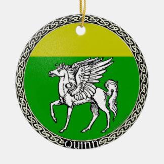 Ornamento de la insignia de la familia de Quinn Adorno Redondo De Cerámica