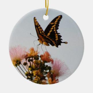 Ornamento de la mariposa de monarca adorno navideño redondo de cerámica