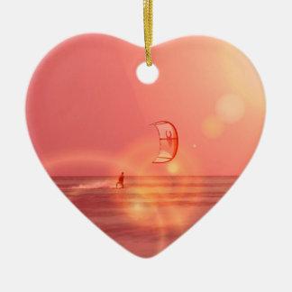 Ornamento de la puesta del sol de Kiteboarding Adorno Navideño De Cerámica En Forma De Corazón