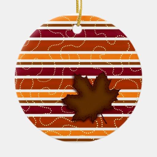 Ornamento de la raya del otoño - hoja acolchada - adorno navideño redondo de cerámica