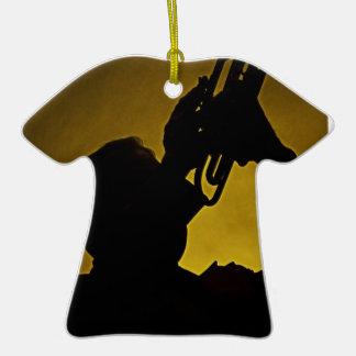 Ornamento de la sombra de la trompeta adorno navideño de cerámica en forma de playera