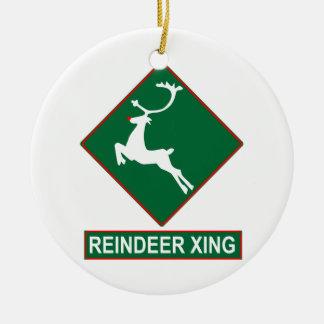 Ornamento de la travesía del reno adorno navideño redondo de cerámica
