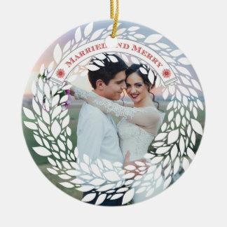 Ornamento de las Felices Navidad casadas y Adorno Navideño Redondo De Cerámica