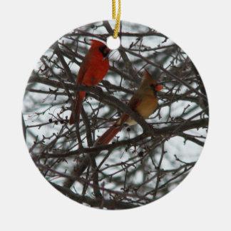 Ornamento de los cardenales adorno navideño redondo de cerámica