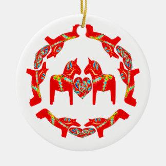 Ornamento de los corazones de los caballos w de adorno navideño redondo de cerámica