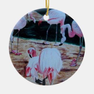 Ornamento de los flamencos de la pintura adorno navideño redondo de cerámica